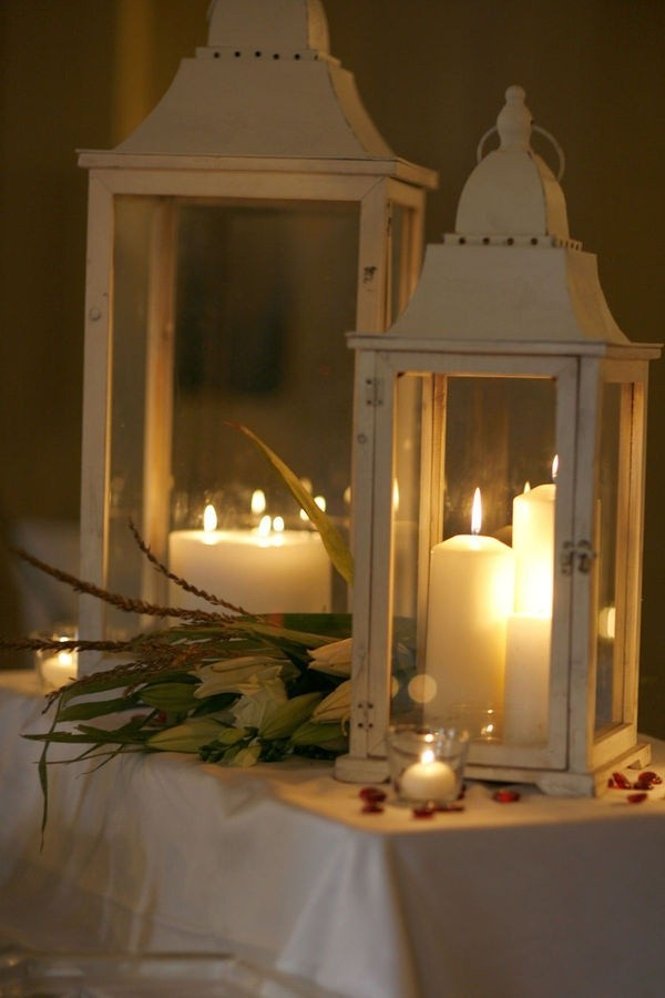 centerpiece with candles and the white lanterns